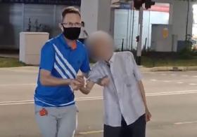 老人尿失禁弄脏裤子,老外扶他过马路还买纸内裤送他。