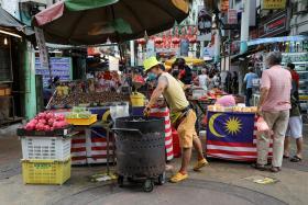马来西亚冠病确诊病例近日飙升,吉隆坡严厉执行戴口罩等防疫政策