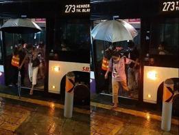 巴士车长为乘客撑伞。(STOMP视频截图)