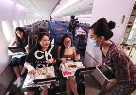 """约900人掏钱体验""""光吃不飞""""的新航A380用餐"""