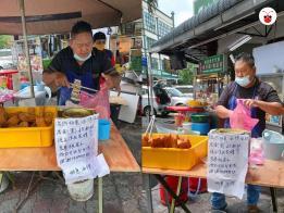 马国男子在雪兰莪州摆地摊售卖油条。(红蚂蚁制图)