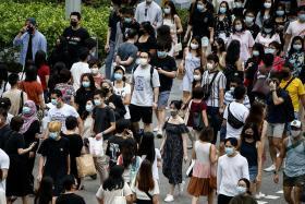 戴着口罩的人群