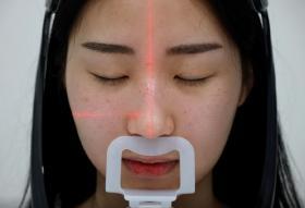 整鼻前的Han-na接受仪器检查