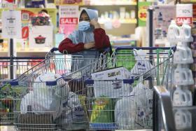 马国超市内发呆的妇女