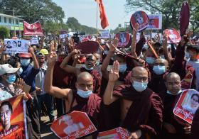 缅甸的佛教和尚走上街头示威