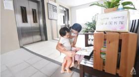 Yvonne与儿子在阅读角落。(CNA)