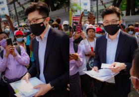 """接收缅甸示威者请愿信 新加坡""""俊男""""外交官意外在当地爆红"""
