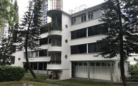 中峇鲁路两旁保留改良信托局在旧年代兴建的楼房。(联合早报)