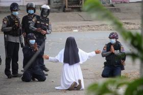一边是军令如山、一边是良心谴责 叛逃缅甸警察:我下不了手!