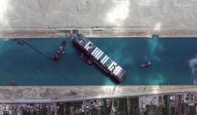 货轮被风一吹就开到搁浅? 苏伊士运河没你想像的容易航行