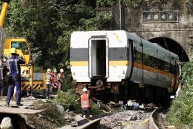 太鲁阁号列车被撞得扭曲变形。(欧新社)