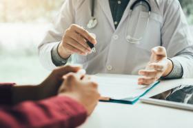 示意图:医生与病人讲解