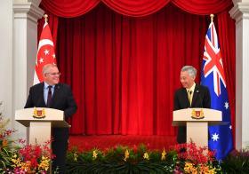 新加坡总理李显龙(右)与来访的澳洲总理莫里森