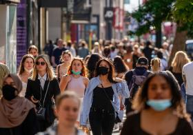 英国民众开始脱下口罩
