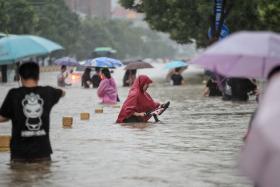 """中国河南""""千年一遇""""暴雨形成洪灾 已有33人遇难,300多万人受灾"""