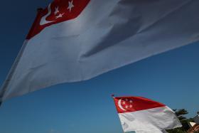 新加坡国旗随风飘扬