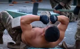 朝鲜最强武器? 大秀胸口碎石板等绝技的半裸肌肉猛男